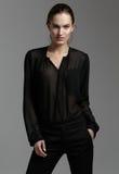 Moda stylu model w czarny koszulowym i spodnia pozuje w studi Obrazy Royalty Free