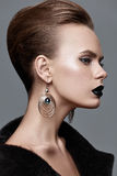 Moda stylu model w czarnych żakieta i sztuki akcesoriach, pozuje wewnątrz Zdjęcia Stock