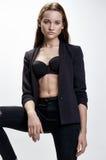 Moda stylu model w czarnym kostiumu, pozuje w studiu Obraz Royalty Free