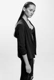 Moda stylu model w czarnym kostiumu, pozuje w studiu Czerni a Zdjęcia Royalty Free