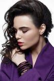 Moda stylu model w fiołkowych żakieta i sztuki akcesoriach, pozuje i Fotografia Stock