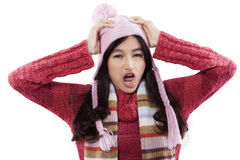 Moda subrayada del invierno de la muchacha que lleva Imagen de archivo libre de regalías