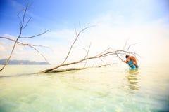 Młoda szczęśliwa azjatykcia para na wyspie Zdjęcia Royalty Free