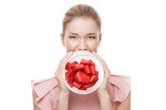Młoda szczęśliwa uśmiechnięta kobieta z prezentem w rękach odosobniony Zdjęcie Royalty Free