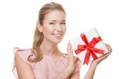 Młoda szczęśliwa uśmiechnięta kobieta z prezentem w rękach odosobniony Zdjęcia Royalty Free
