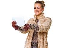 Moda-tratante de moda sonriente en blanco usando la tableta Fotos de archivo libres de regalías