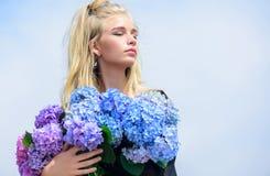 Moda trendu wiosna Spotkanie wiosna z nową pachnidło wonią Kwiaty składają woń Mody i piękna przemysł obrazy stock