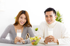 Młoda uśmiechnięta para pije mleko Obraz Stock