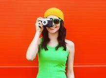 Moda, verano y concepto de la gente - muchacha bastante fresca Foto de archivo