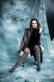 Moda wojskowy Projektuje Modeluje w kurtki, spódnicy i butów pozować, Fotografia Stock