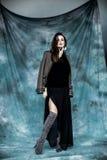 Moda wojskowy Projektuje Modeluje w kurtki, spódnicy i butów pozować, Zdjęcie Royalty Free