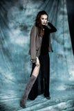 Moda wojskowy Projektuje Modeluje w kurtki, spódnicy i butów pozować, Zdjęcia Stock
