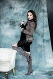 Moda wojskowy Projektuje Modeluje w kurtki, spódnicy i butów pozować, Zdjęcie Stock