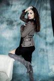 Moda wojskowy Projektuje Modeluje w kurtki, spódnicy i butów pozować, Obraz Royalty Free
