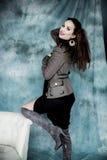Moda wojskowy Projektuje Modeluje w kurtki, spódnicy i butów pozować, Obrazy Stock