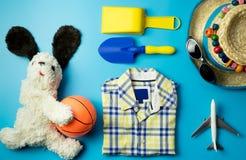 Moda y accesorios del verano del muchacho del niño en azul Fotos de archivo