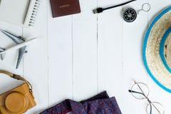 Moda y accesorios del viaje en de madera blanco Imagenes de archivo