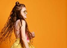 Moda y concepto de la gente: muchacha elegante en la ropa casual, presentando fotografía de archivo