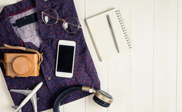 Moda y equipo del inconformista del blogger del viaje Fotos de archivo libres de regalías