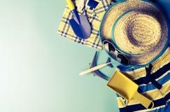 Moda y objetos del viaje del verano de la playa del niño en azul Fotos de archivo