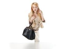 Młoda z podnieceniem kobieta patrzeje sklepowego okno Fotografia Royalty Free