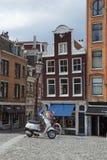 Modalità di trasporto comune della bici-due e del motorino a Amsterdam Immagini Stock