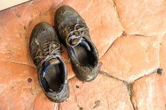 Modder behandelde schoenen van vloedgebeurtenis Royalty-vrije Stock Foto's