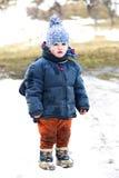 Modderig kind in sneeuw Stock Afbeelding