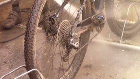Modderige fiets stock videobeelden
