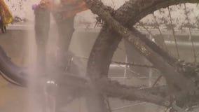 Modderige fietsschoonmaak stock video