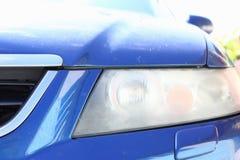 Modderige koplamp op de voorzijde van de auto die het oppoetsen vereisen stock foto's