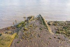 Modderige riverbank at low tide op de Rivier Theems stock afbeeldingen