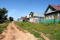 Modderige straat in het dorp Stock Foto