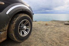 Modderige SUV-autoband Stock Fotografie