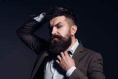Mode är inte konst utan affären Man med det långa skägget i affärskläder som den vanliga affären Den skäggiga mannen efter barber arkivbild