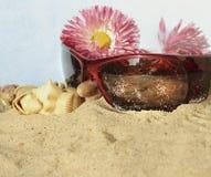 Mode-Accessoires auf Strand Lizenzfreies Stockfoto