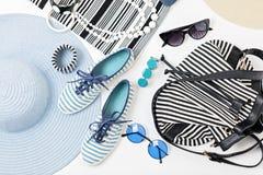 Mode-Accessoires in den Schwarzweiss-- und blauen Farben - Hut Clo Stockfotografie
