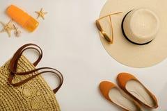 Mode-Accessoires für den Strand - Hut, Ballettschuhe, orange gl Lizenzfreies Stockfoto