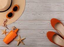 Mode-Accessoires - Hut, Ballettschuhe, orange Gläser und Sonnen Stockfotografie