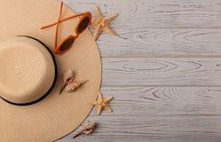 Mode-Accessoires - Hut, orange Farbe der Gläser auf einer hölzernen Rückseite Lizenzfreie Stockfotos