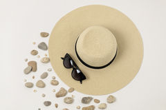 Mode-Accessoires - Hut, Sonnenbrille und Armbänder Marineconc Lizenzfreies Stockfoto
