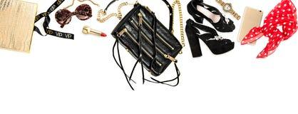Mode anmärker tillbehör, skönhetsmedel, skor ben för bakgrundspåsebegrepp som shoppar den vita kvinnan royaltyfri fotografi