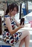 Mode-Asiatin auf dem Boot, das Selfie nimmt Stockfoto