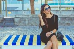 Mode belle sur le banc coloré Photographie stock
