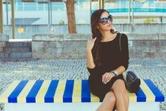 Mode belle sur le banc coloré Images stock