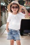 Mode blanche de port de pose de T-shirt de fille asiatique photos stock