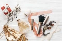 Mode Blogger Luxus bildet die Wesensmerkmalebürste und -lippenstift, die sind Stockfotos