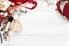 Mode Blogger Luxuswesensmerkmaleschmuckparfüm stellt sich flach dar Lizenzfreies Stockbild