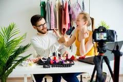 Mode Blogger mit männlichem Modell Lizenzfreies Stockbild
