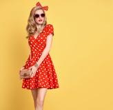 Mode-blondes Mädchen in der roten Polka Dots Dress ausstattung Lizenzfreies Stockfoto